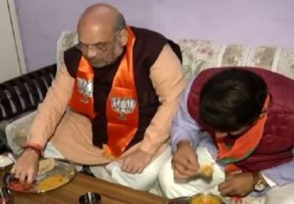 Amit Shah, Manoj Tiwari dine at OBC party worker